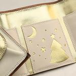 人気独占中! クリスマスモチーフに彩られた三つ折財布